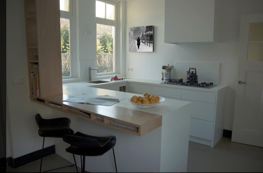 houten bar in wit keuken