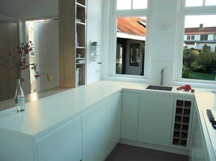 wit ruimtelijk keuken met houten elementen