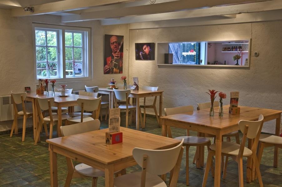 ontwerp lunchroom houten tafels bij doorkijkraam