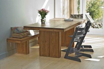 wandbank en tafel in woonkeuken