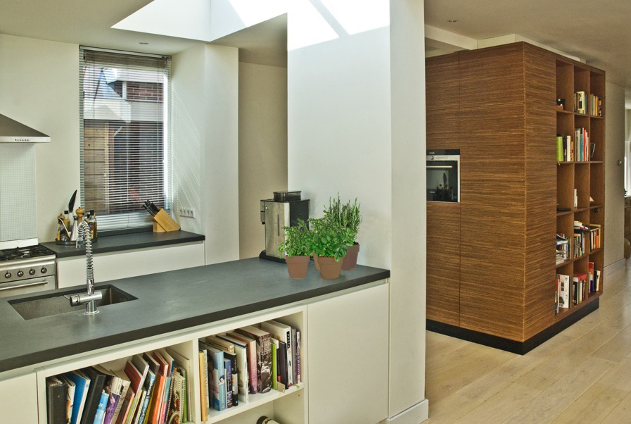 inpassing draagmuur in woonkeuken met kookeiland en hoge kasten