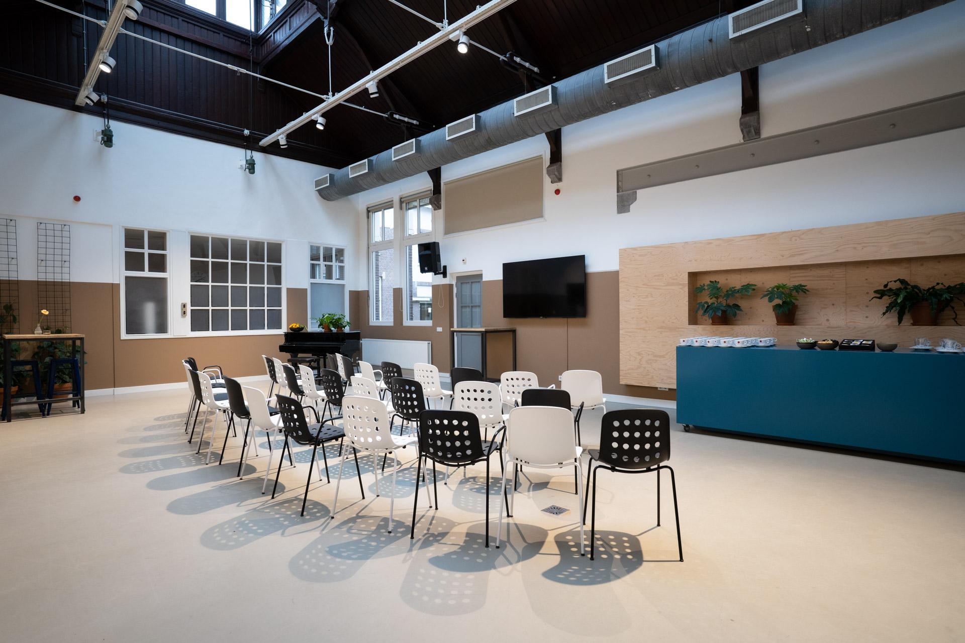 stoelen opstelling voor lezing in zaal de oude keuken